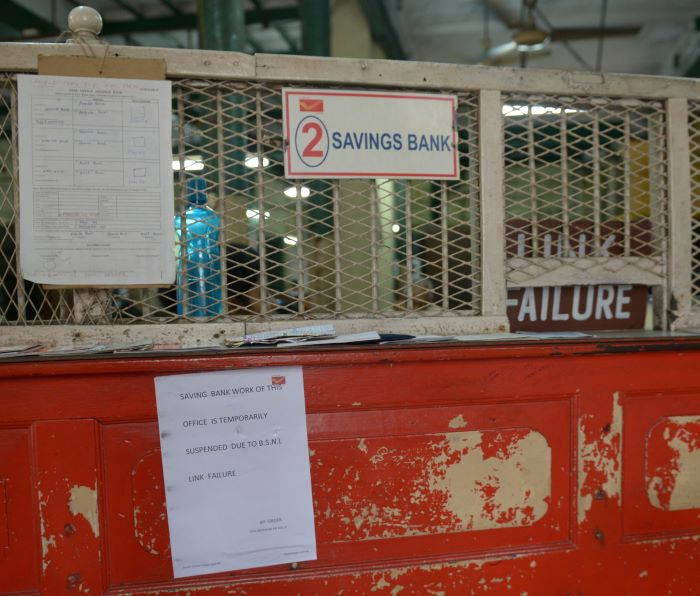 A notice of Internet link failure at the post office.